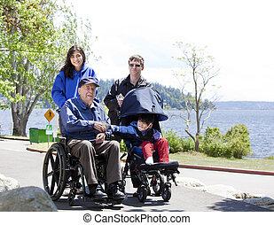 Familia con discapacitados y niños caminando al aire libre
