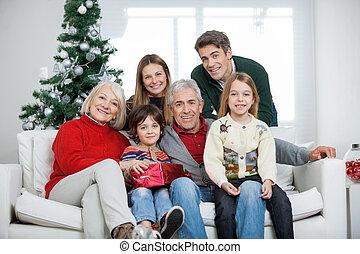 Familia con Navidad presente en casa