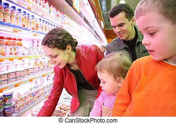Familia en la tienda de comida
