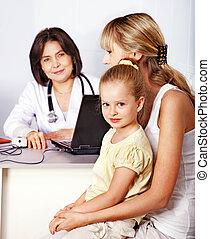 Familia en recepción en el doctor.