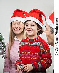 Familia en sombreros de Santa durante la Navidad