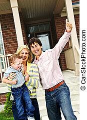 Familia excitada en casa