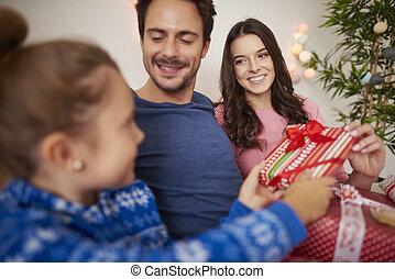 Familia feliz celebrando la Navidad en la cama