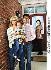 Familia feliz con agente inmobiliario