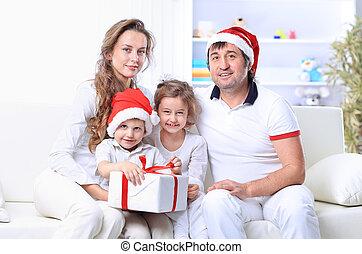 Familia feliz con sombrero de Navidad