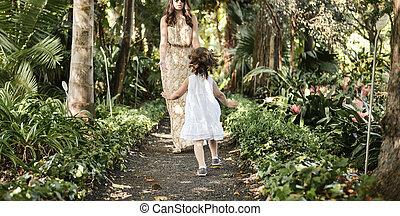 Familia feliz disfrutando el ocio en una selva tropical