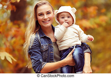 Familia feliz en el parque de otoño