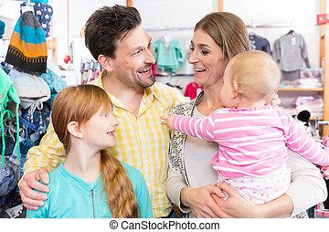 Familia feliz en la tienda