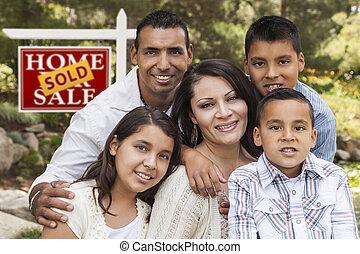 Familia hispana frente a la venta de bienes raíces