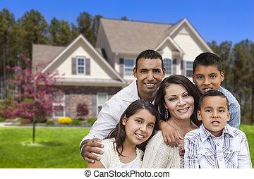 Familia hispana frente a una hermosa casa