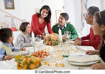 Familia junta en la cena de Navidad