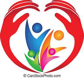 Familia protegida por logotipo de manos