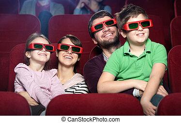 Familia sonriente en el cine