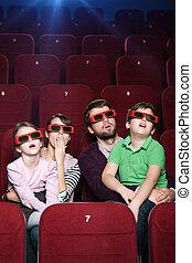 Familia sorprendida en el cine 3D