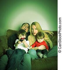 Familia viendo TV en casa