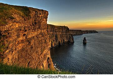 Famosos acantilados de moher, atardecer, clare del condado, Irlanda