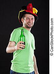 Fanático del deporte con cerveza