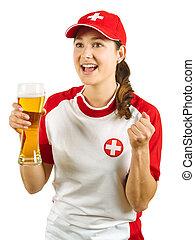 Fanático deportivo suizo animando con cerveza