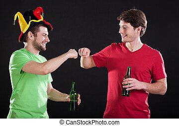 Fanáticos del deporte con cerveza