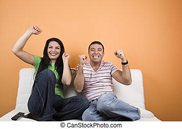 Fans del equipo deportivo mirando TV