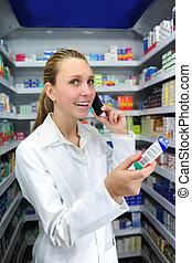 Farmacéutico hablando por teléfono