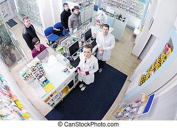 Farmacéutico que sugiere droga médica al comprador de farmacias
