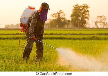 Farmer rociando pesticidas