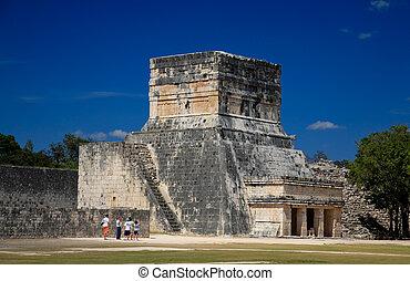 Feb 19, 2009 en Chichen Itza Mexico: turistas visitando la mayor atracción de México