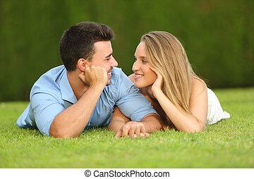 fechando, amor, pareja, mirar, otro, cada, pasto o césped, acostado