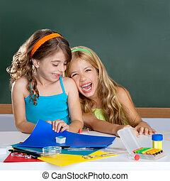Felices estudiantes en clase
