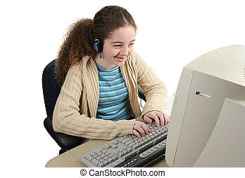 Feliz adolescente en línea