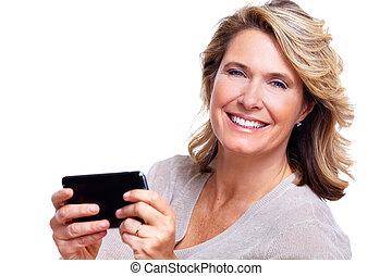 Feliz anciana con un teléfono inteligente.