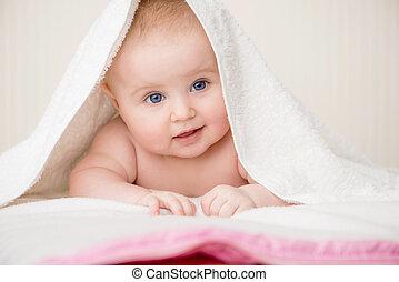 Feliz bebé con toalla