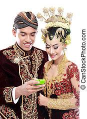 Feliz boda de Java con móvil