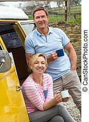feliz, campista, centro envejecido, pareja, mujer, autobús, furgoneta, hombre