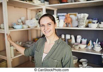 Feliz cerámica femenina