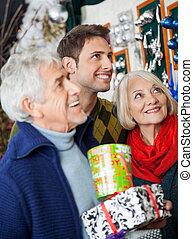 Feliz compras familiares en la tienda de Navidad