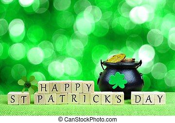 Feliz día de San Patricio bloques de madera con Pot of Gold y trébol sobre el brillante fondo verde