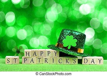 Feliz día de San Patricio bloques de madera con sombrero de duende y trébol sobre un brillante fondo verde