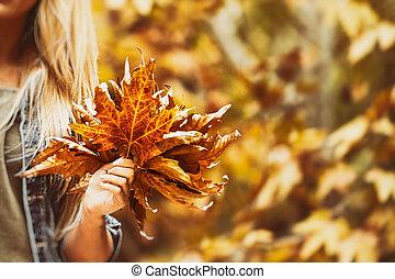 Feliz día en el parque de otoño