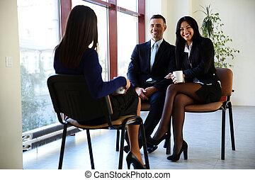 Feliz discusión de la gente de negocios en la oficina
