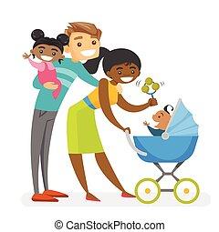 Feliz diversa familia multiracial con niños mulatos.