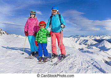 Feliz equipo de esquí familiar