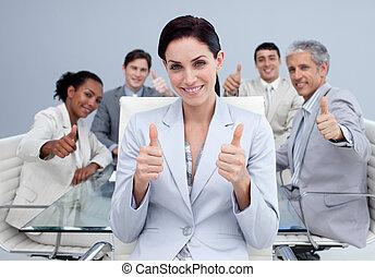 Feliz equipo de negocios con pulgares arriba