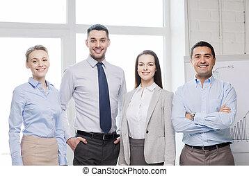 Feliz equipo de negocios en la oficina