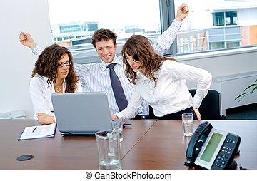 Feliz equipo de negocios exitoso