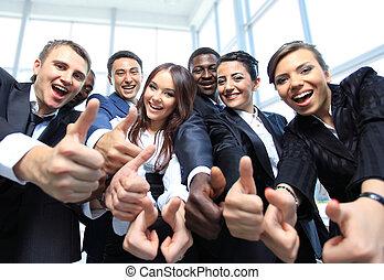 Feliz equipo de negocios multiétnico con pulgares arriba en la oficina