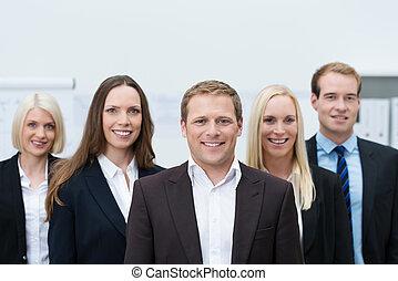 Feliz equipo joven profesional llevando trajes formales