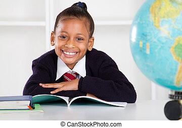 Feliz estudiante de primaria