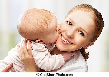 Feliz familia alegre. Madre y bebé besándose